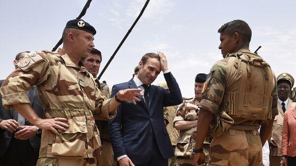Президент Франции Эммануэль Макрон во время посещения французского контингента операции Бархан в Мали