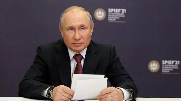 Президент РФ Владимир Путин принимает участие в режиме видеоконференции в церемонии подписания на ПМЭФ