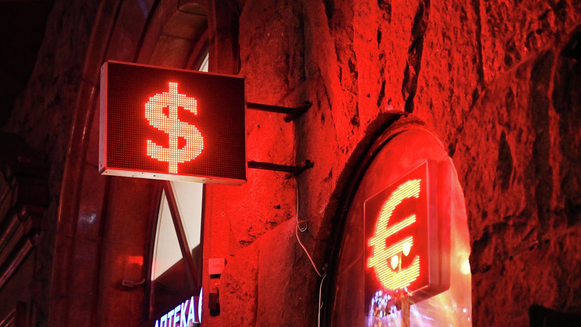 Аналитик предупредил, почему сейчас лучше не покупать доллары и евро