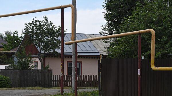 Газопровод в секторе малоэтажной жилой застройки на окраине Новосибирска