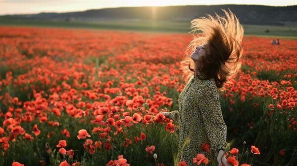 Девушка в маковом поле неподалеку от села Сирень в Бахчисарайском районе Крыма