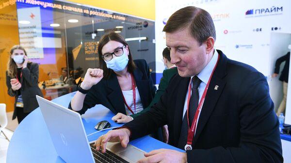 Секретарь генерального совета партии Единая Россия Андрей Турчак выпускает новость на сайт ria.ru на стенде МИА Россия сегодня на Петербургском международном экономическом форуме - 2021