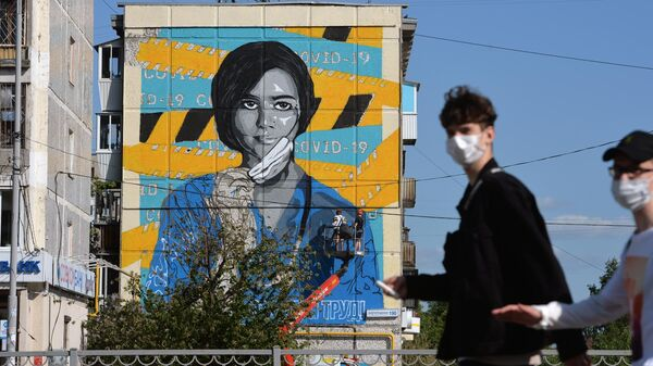 Граффити на здании, посвященное медикам, недалеко от екатеринбургской городской больницы No 40