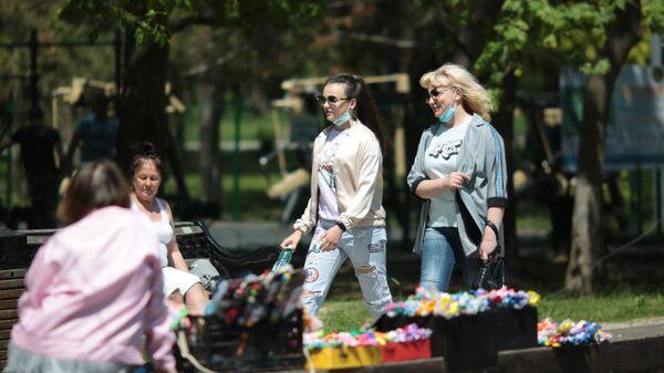 Жители Симферополя отдыхают в Гагаринском парке