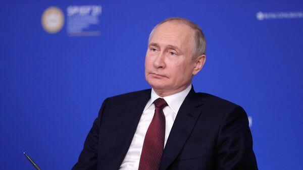 Президент РФ Владимир Путин во время встречи в режиме видеоконференции с руководителями ведущих мировых информационных агентств в рамках ПМЭФ-2021