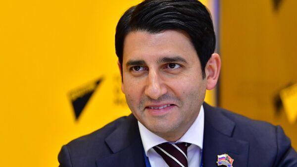 Председатель правления Росэксимбанка Азер Талыбов у стенда МИА Россия сегодня на Петербургском международном экономическом форуме - 2021