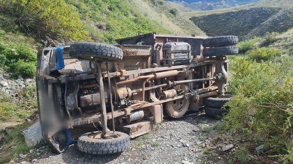 ДТП с опрокинувшейся грузовой машиной в Республике Тыва