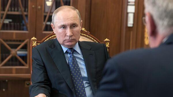 Президент России Владимир Путин и директор Федеральной службы по военно-техническому сотрудничеству РФ Дмитрий Шугаев во время встречи