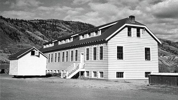 Учебный корпус школы-интерната для детей коренного населения в городе Камлупс, Британская Колумбия, Канада, около 1950 года