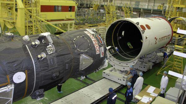 Сборка грузового корабля Прогресс в монтажно-испытательном корпусе ракетно-космической корпорации Энергия