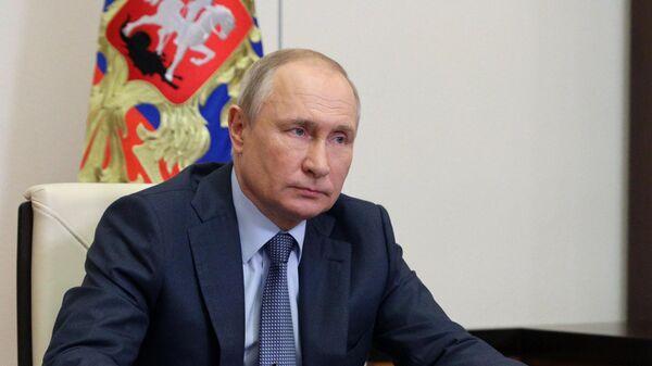 Президент РФ Владимир Путин во время встречи в режиме видеоконференции с представителями социальных организаций