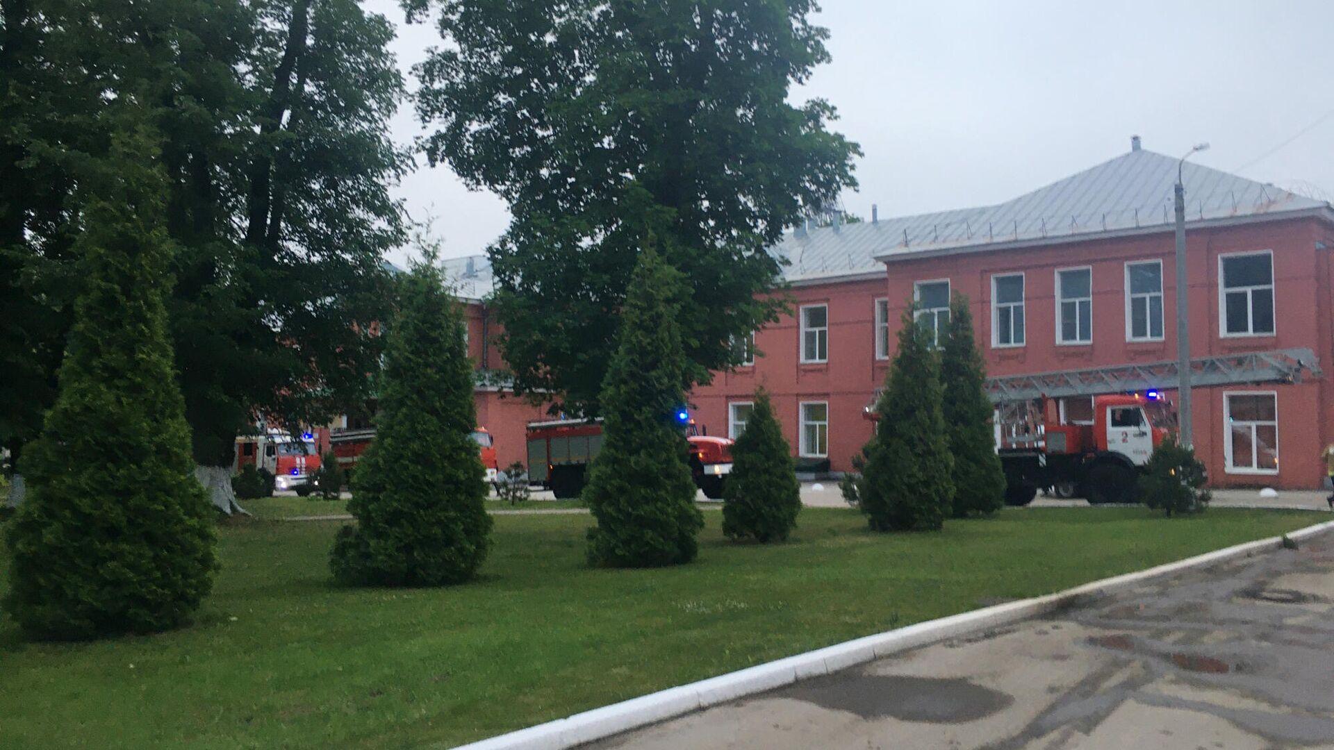 Машины и сотрудники пожарной службы возле больницы в Рязани, где произошел пожар в реанимационном отделении - РИА Новости, 1920, 09.06.2021