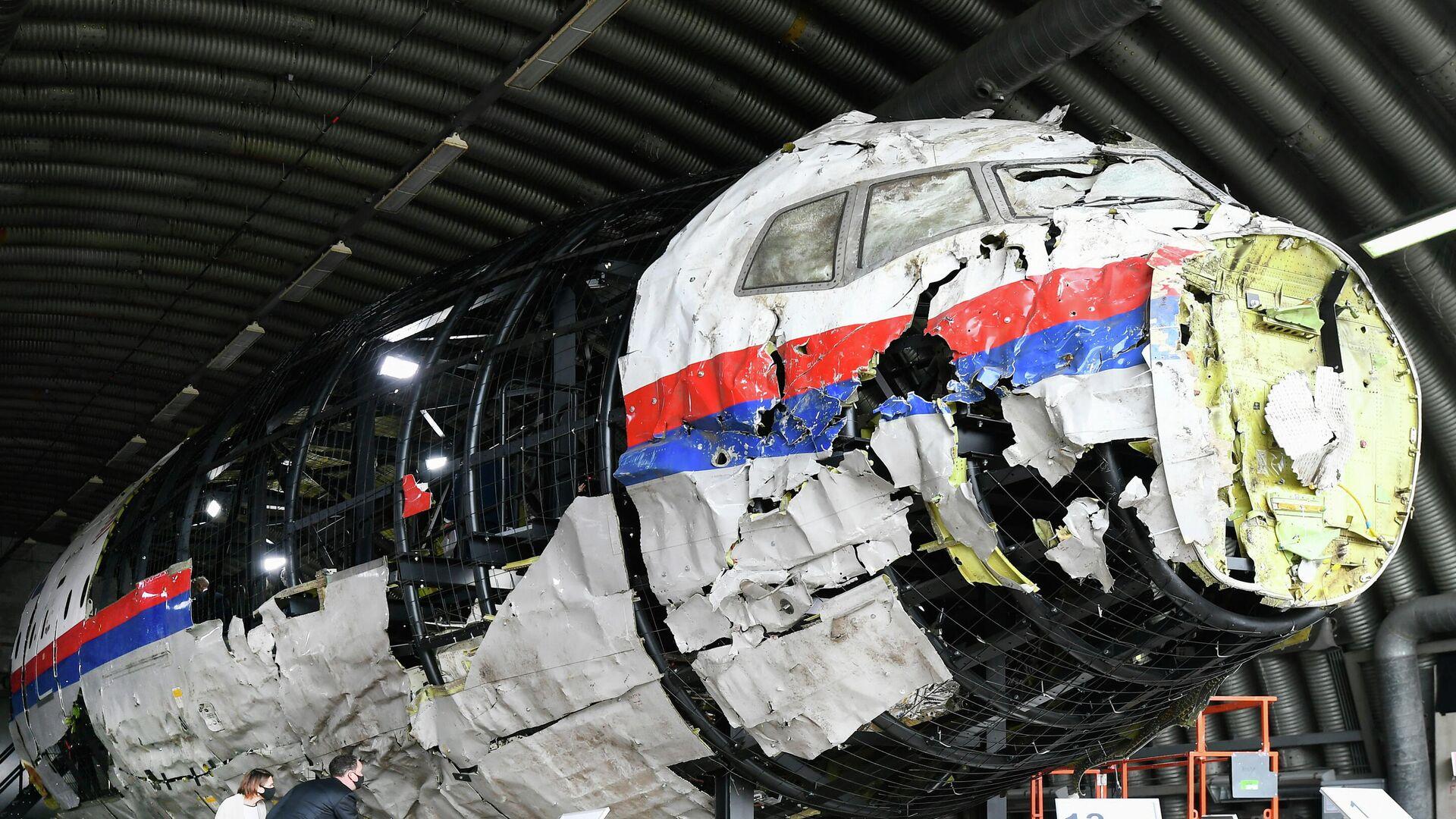 Реконструированные обломки рейса MH17 авиакомпании Malaysia Airlines на авиабазе Гильзе-Рейен, Нидерланды - РИА Новости, 1920, 10.06.2021