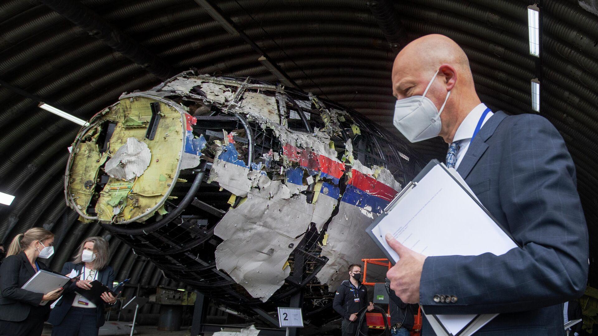 Председательствующий судья Хендрик Стинхейс осматривает обломки рейса MH17 авиакомпании Malaysia Airlines на авиабазе Гильзе-Рейен, Нидерланды - РИА Новости, 1920, 09.06.2021