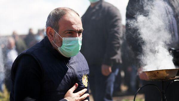 Исполняющий обязанности премьер-министра Армении Никол Пашинян у мемориала во время посещения села Арагац