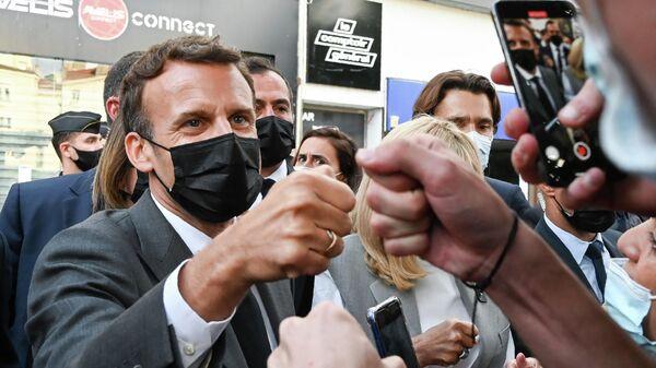 Президент Франции Эммануэль Макрон встречается с жителями в Валансе