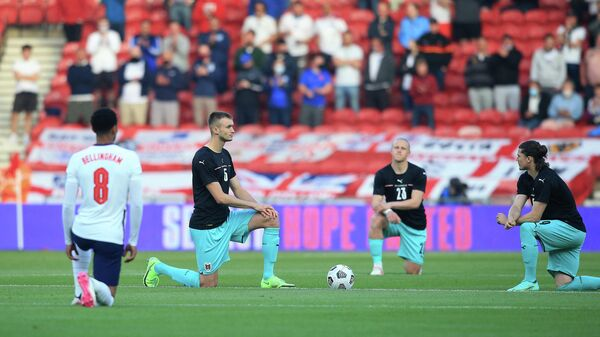 Акция Преклони колено перед началом матча сборных Австрии и Англии