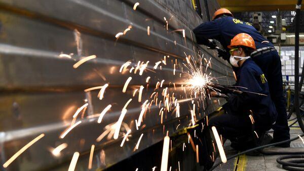 Рабочие на линии сборки вагонов на Тверском вагоностроительном заводе