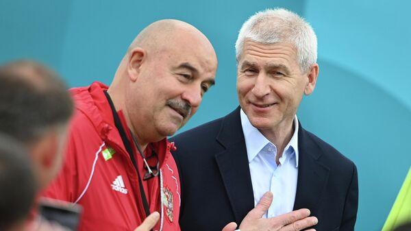 Министр спорта РФ Олег Матыцин (справа) и главный тренер сборной России по футболу Станислав Черчесов