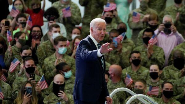 Президент США Джо Байден во время выступления перед американскими военными на базе Милденхолл в Великобритании