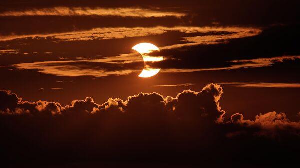 Частичное солнечное затмение в Арбутусе, штат Мэриленд. 10 июня 2021 года