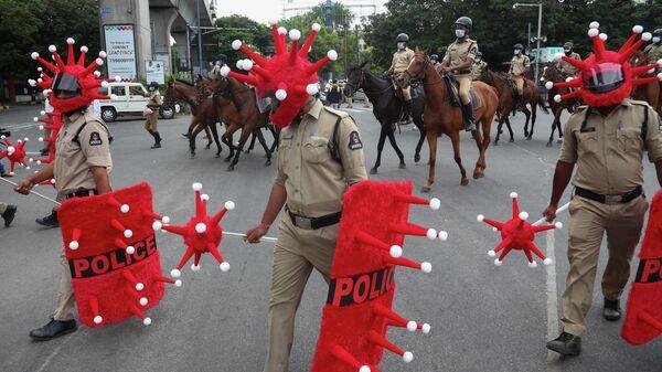 Сотрудники полиции в костюме коронавируса в Хайдарабаде, Индия. 9 июня 2021