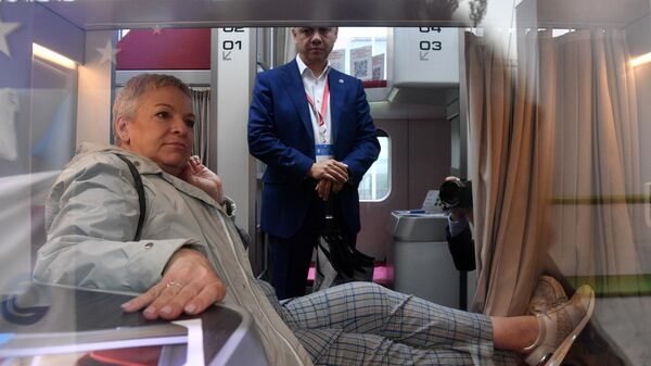Во время пресс-показа макета нового капсульного пассажирского вагона для РЖД на ВДНХ