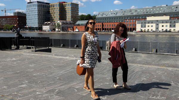 Девушки на набережной в жилом комплексе Зиларт
