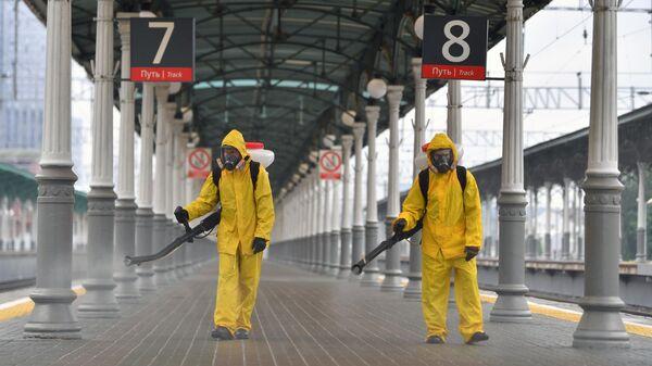 Сотрудники специального отряда МЧС России Лидер во время дезинфекции одного из перронов Белорусского вокзала