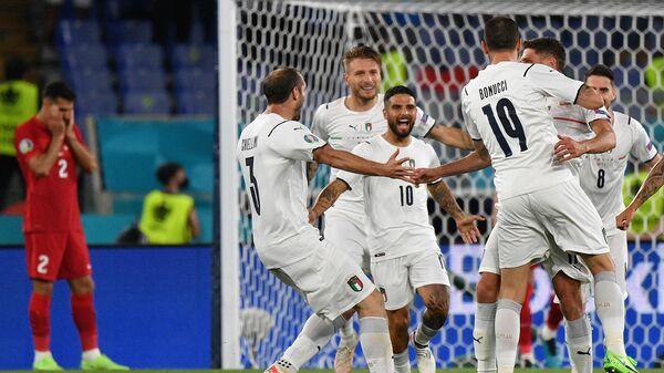Футболисты сборной Италии радуются забитому мячу