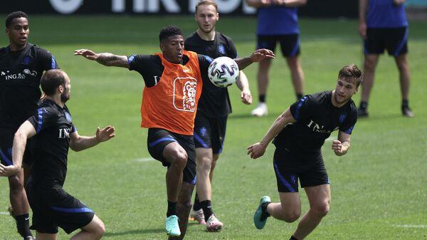 Футболисты сборной Нидерландов на тренировке