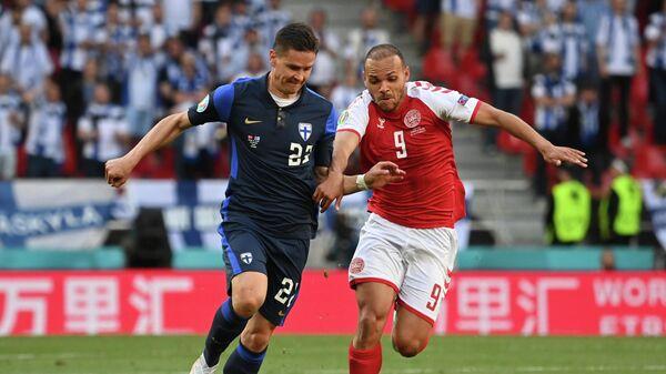 Защитник сборной Финляндии Юкка Райтала (слева) и нападающий сборной Дании Мартин Брейтуэйт