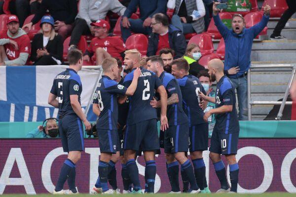 Футболисты сборной Финляндии радуются голу