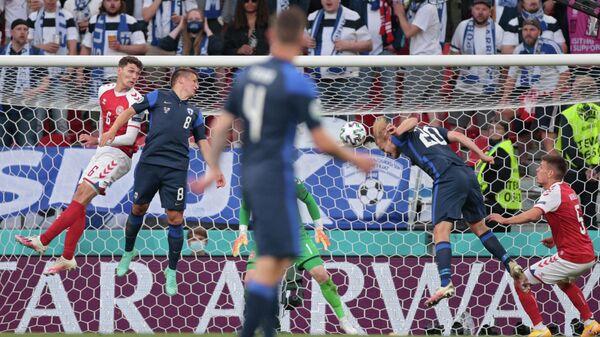 Нападающий сборной Финляндии Йоэль Похьянпало (второй справа) забивает гол в ворота сборной Дании
