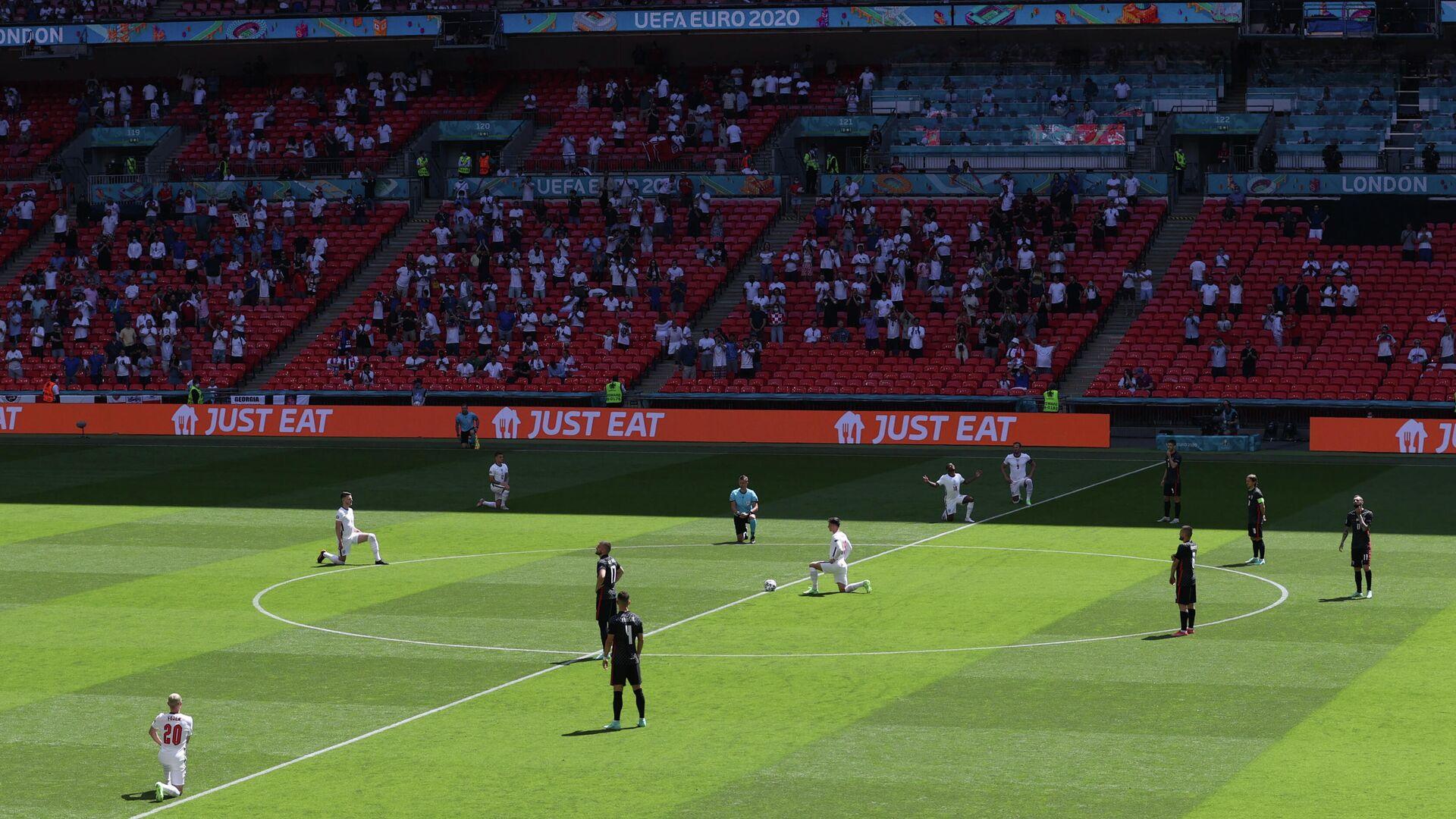 Футболисты сборной Англии преклонили колено перед началом матча ЕВРО-2020 со сборной Хорватии - РИА Новости, 1920, 13.06.2021