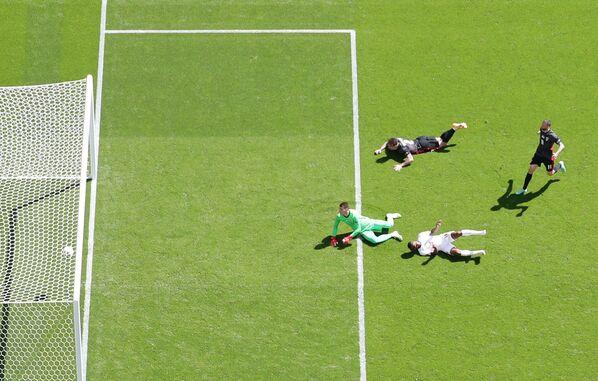 Рахим Стерлинг забивает мяч в ворота сборной Хорватии