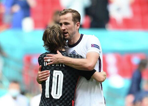 Нападающий сборной Англии Гарри Кейн (справа) и полузащитник сборной Хорватии Лука Модрич