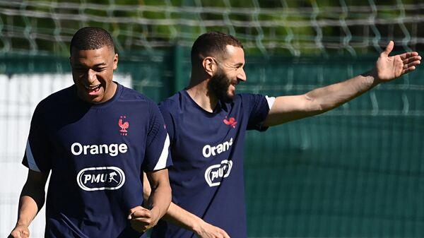 Футболисты сборной Франции Килиан Мбаппе и Карим Бензема