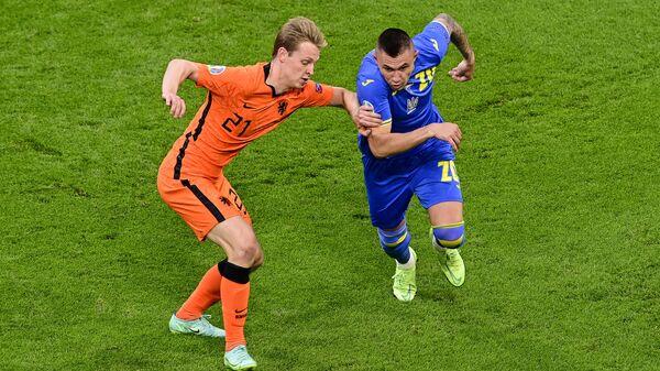 Полузащитники сборной Нидерландов Френки де Йонг (слева) и сборной Украины Александр Зубков