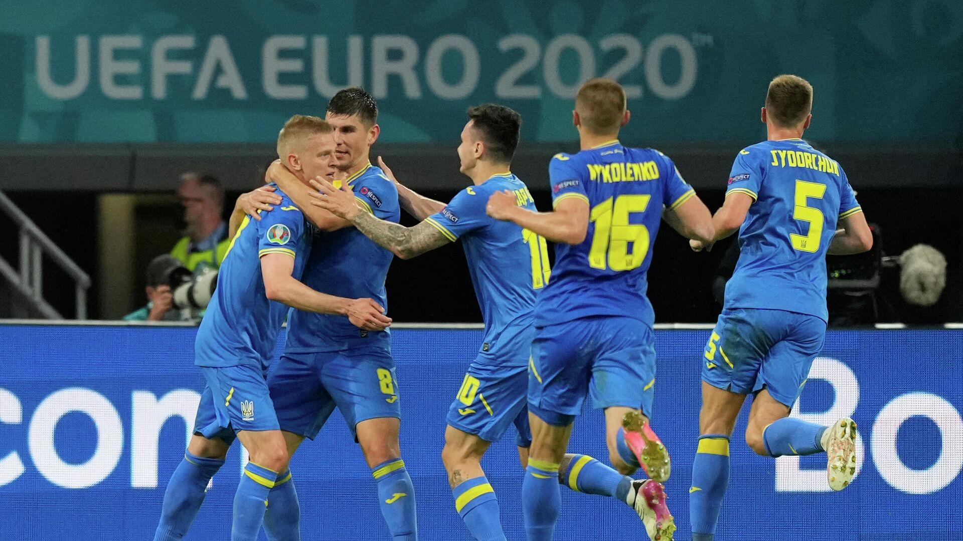Футболисты сборной Украины радуются голу - РИА Новости, 1920, 14.06.2021