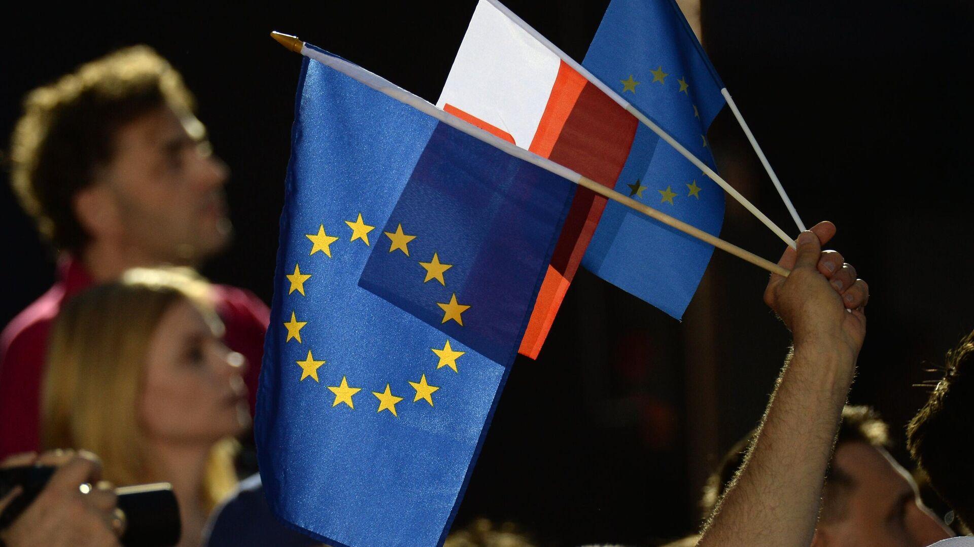 Люди с флагами Евросоюза и Польши в Варшаве - РИА Новости, 1920, 15.07.2021