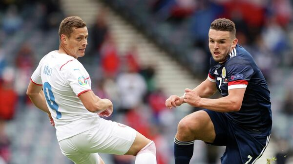 Справа налево: полузащитник сборной Шотландии Джон Макгинн и нападающий сборной Чехии Адам Гложек
