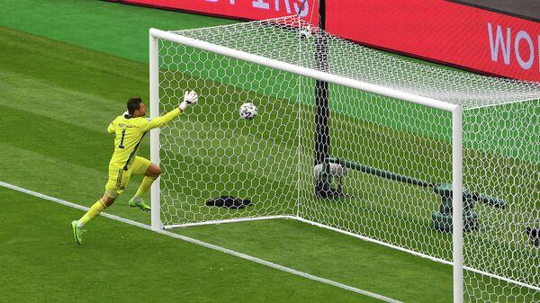 Вратарь сборной Шотландии Дэвид Маршалл пропускает гол