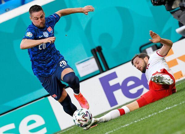 Полузащитник сборной Словакии Роберт Мак (слева)