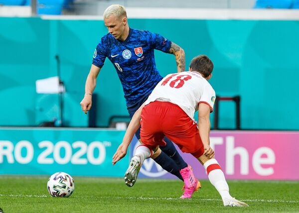 Нападающий сборной Словакии Ондрей Дуда (слева) и защитник сборной Польши Бартош Берешиньски