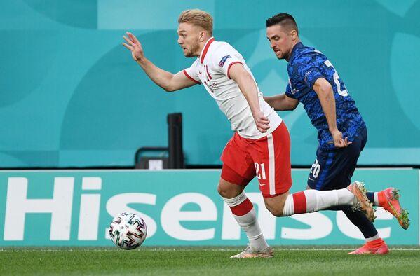 Нападающий сборной Польши Камиль Южвяк (слева) и полузащитник сборной Словакии Роберт Мак