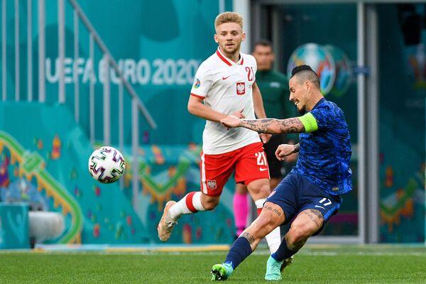 Нападающий сборной Словакии Марек Гамшик (справа) и форвард сборной Польши Камиль Южвяк