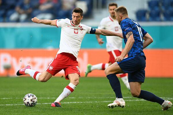 Нападающий сборной Польши Роберт Левандовски (слева) и защитник сборной Словакии Милан Шкриниар