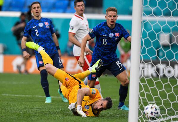 Вратарь сборной Словакии Мартин Дубравка пропускает мяч в свои ворота