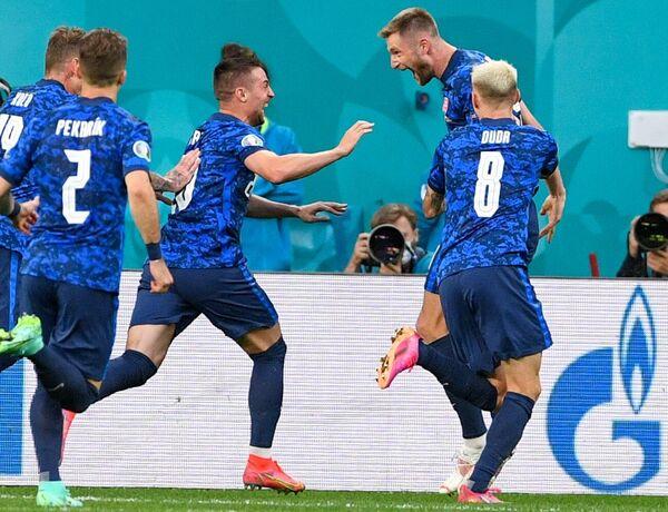 Футболисты сборной Словакии празднуют забитый мяч